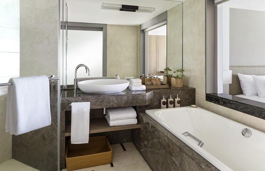 Room Coral Deluxe Bathroom